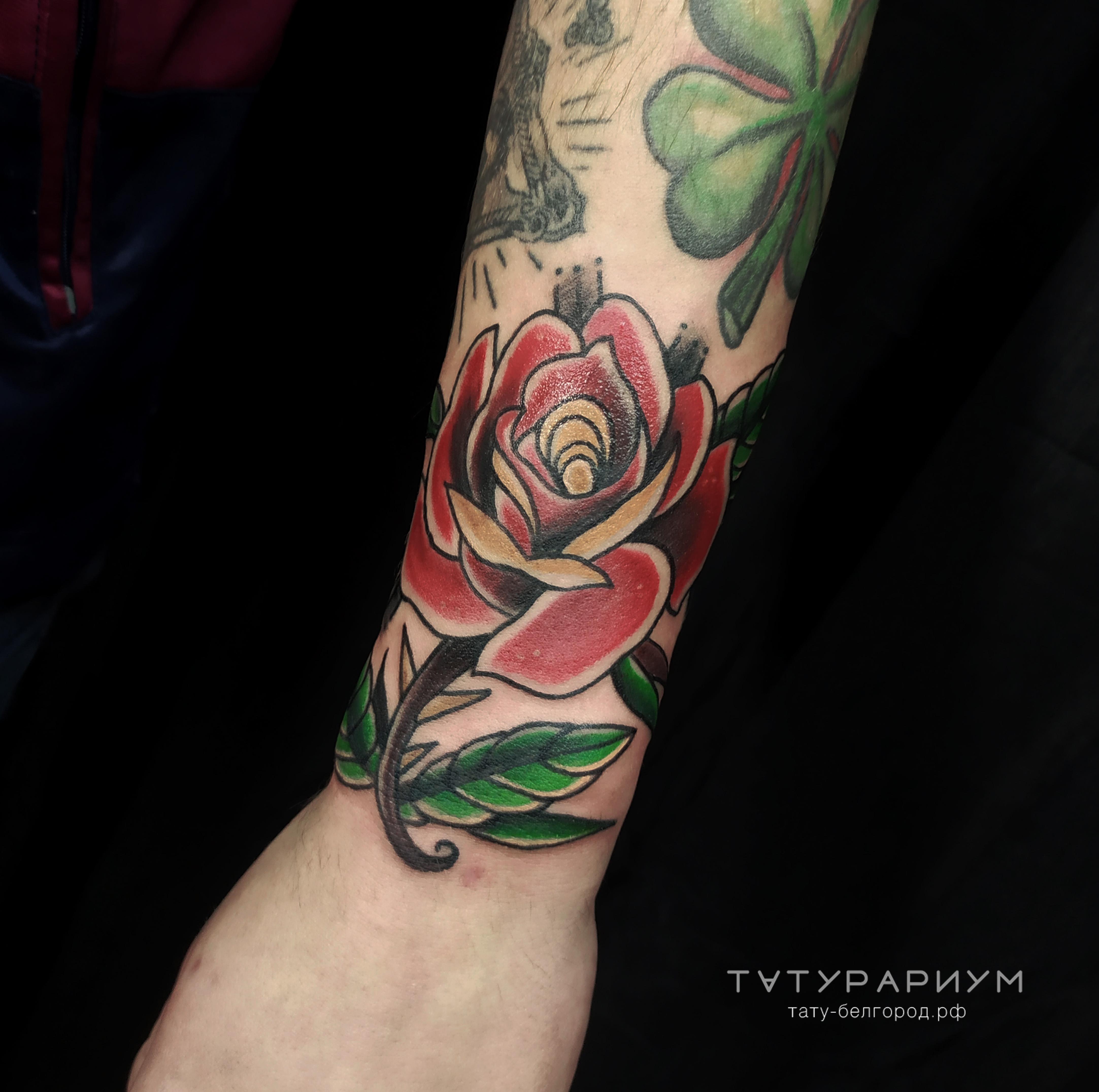 Фото татуировки цветная роза в стиле олд