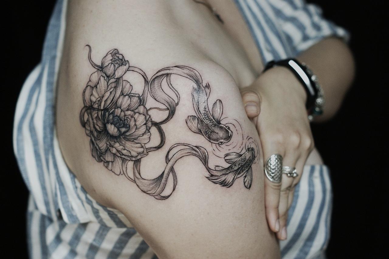 Фото татуировки, рыбки и пионы на плече