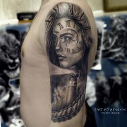 татуировка девушки с часами и маяком, в
