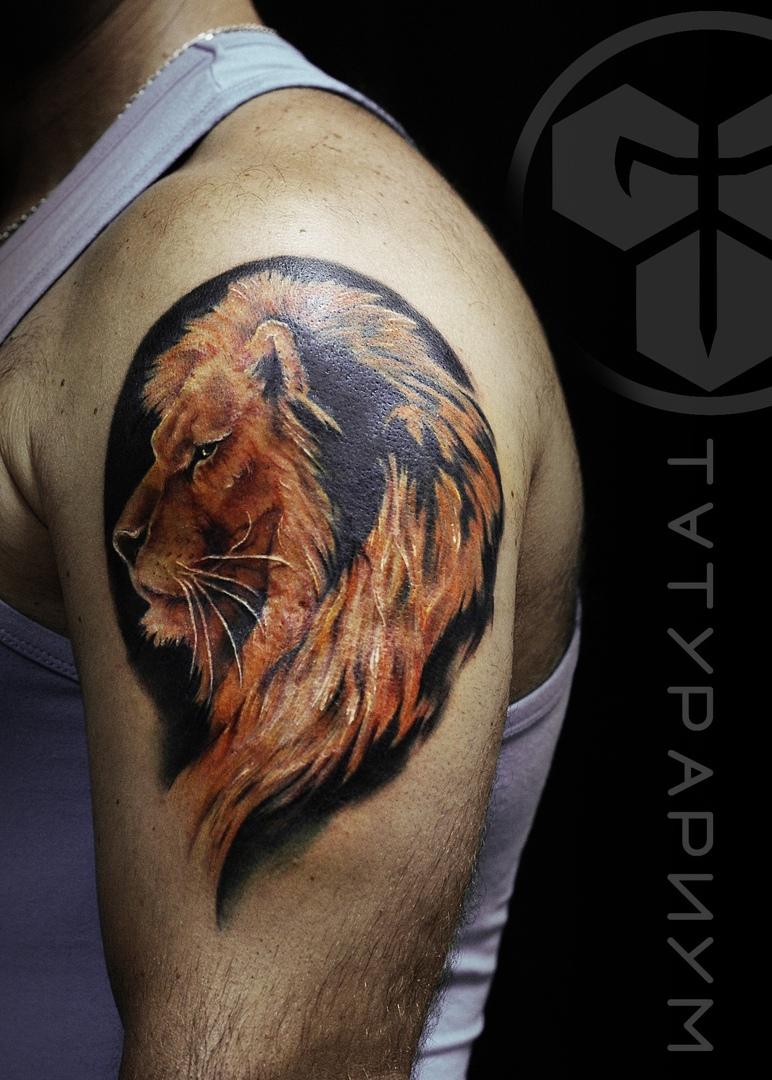 Фото татуировки, цветной лев на плече у
