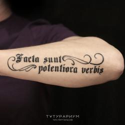 Фото татуировки, тату надпись готикой на