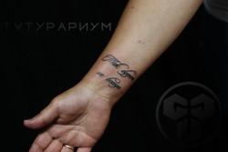 Фото татуировки, надпись прописными русс