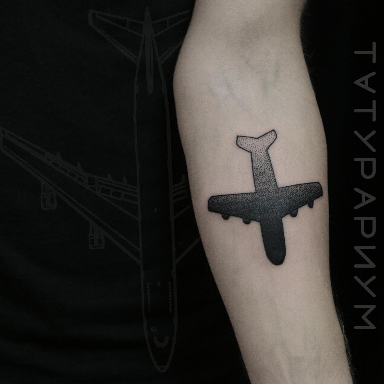 Фото татуировки, силуэт самолёта на пред