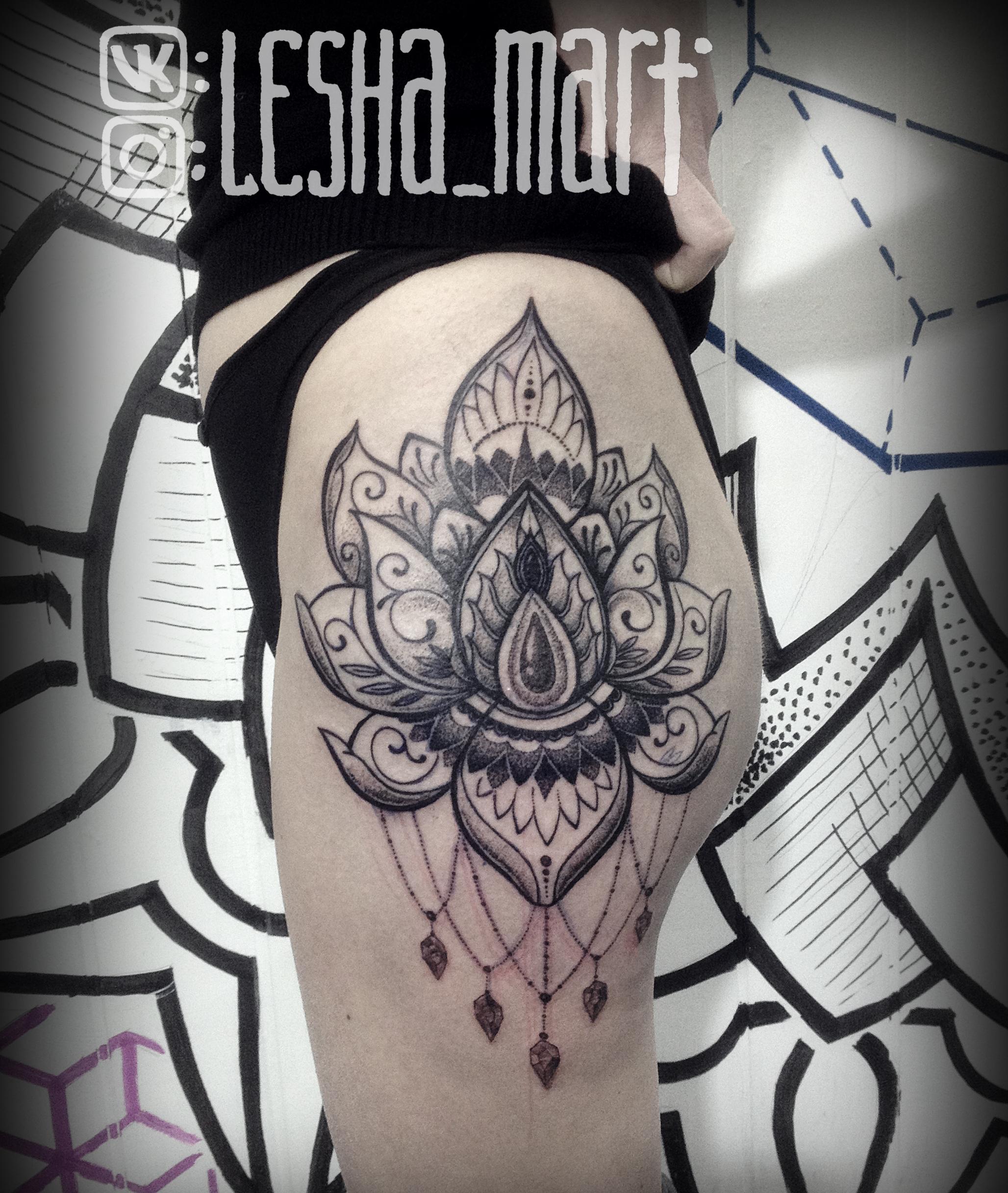 Фото татуировки, лотос и мандала на бедр