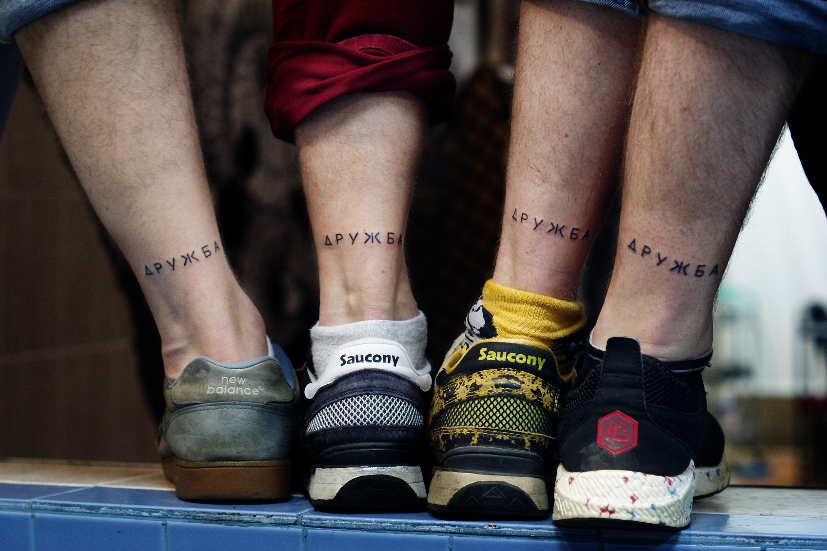 Фото татуировки, надпись дружба печатным