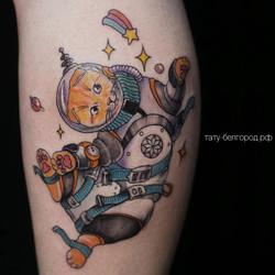 Фото татуировки, кот космонафт на голени