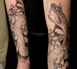 Фото татуировки змея с хризантемой на ру