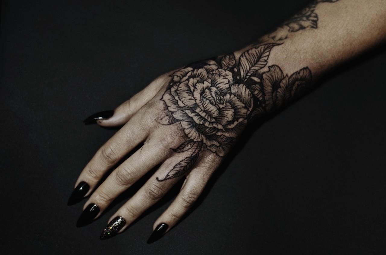 Фото татуировки, роза на кисти у девушки