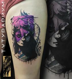 Фото татуировки, портрет на бедре у деву