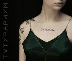 Фото татуировки, надпись на груди у деву