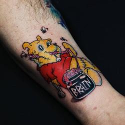 Фото татуировки, винни пух на голени у м