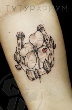 Фото татуировки, подкова и четырехлистве