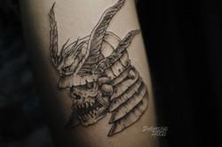 Фото татуировки, череп в шлеме наа ноге