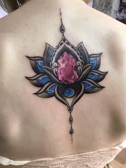 татуировка лотос, реализм, на спине у де