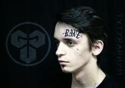 Фото татуировки, надпись rave у парня на