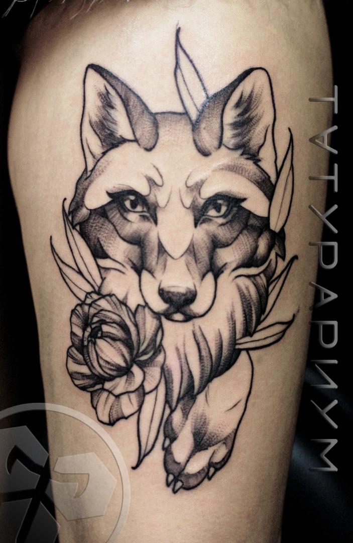 Фото татуировки, лисица с пионами на бед