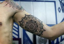 Фото татуировки, мандала на бицепсе у му