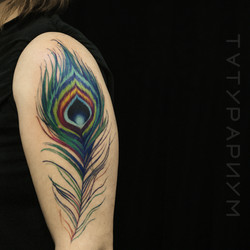 Фото татуировки, цветное перо павлина на
