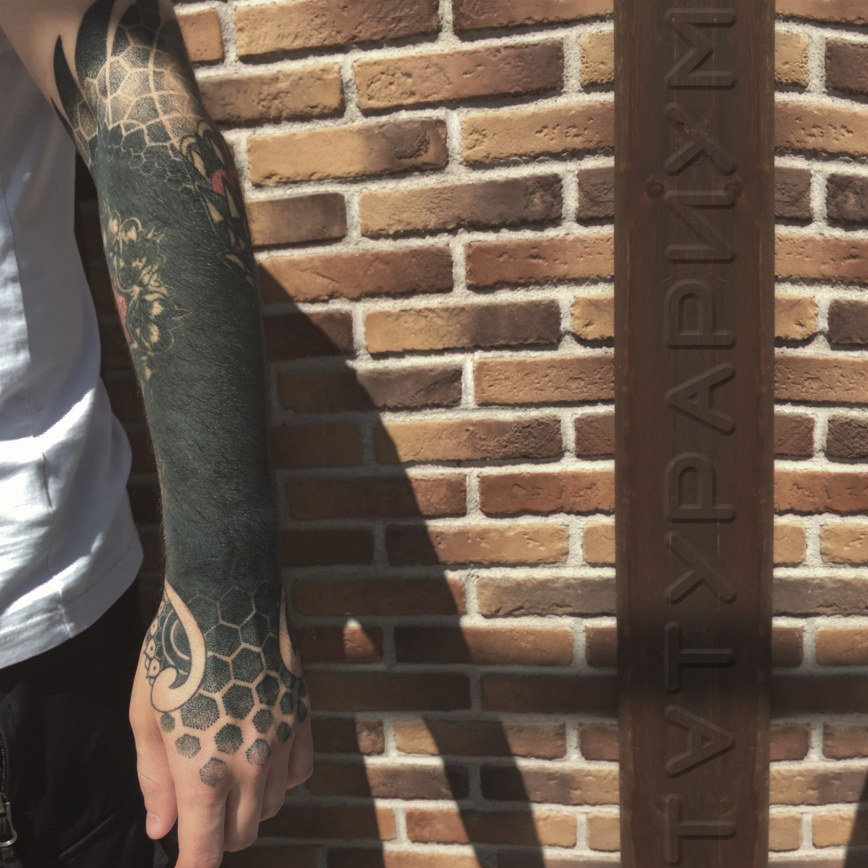 Фото татуировки, блэкворк и мандала на к