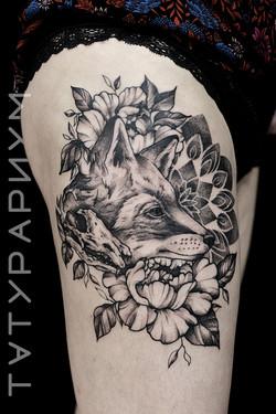 Фото татуировки, лисица с цветами и манд