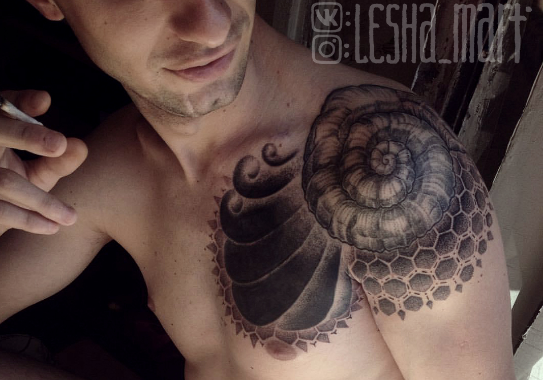 Фото татуировки, узор на плече у мужчины