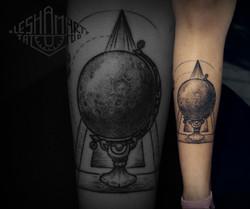 Фото татуировки, геометрия глобус на гол