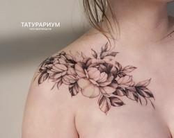 фото татуировки цветов на ключице у девушки, в стиле графика, тату-салон татурариум, тату-