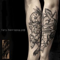 Фото татуировки, хаяц с компасом на пред