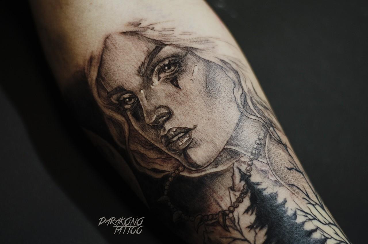 Фото татуировки, портред девушки на пред