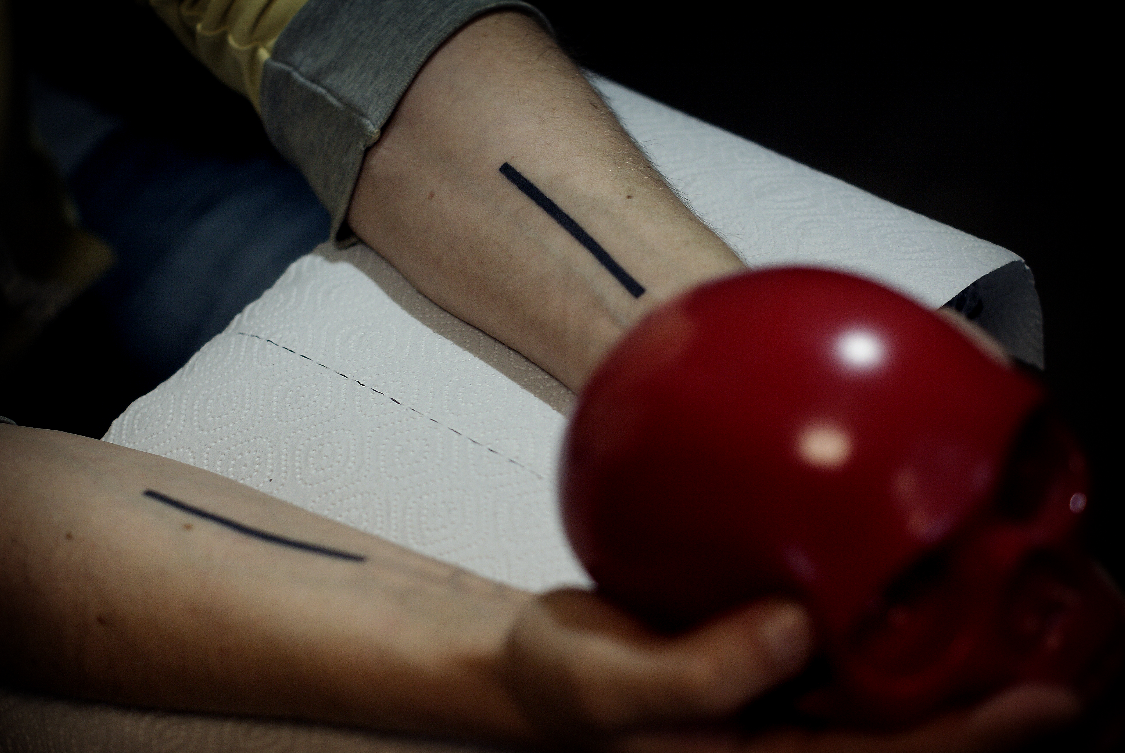 Фото татуировки, две полосы на руке у му