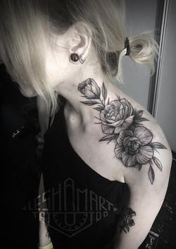 Фото татуировки, пионв на шее у девушки,