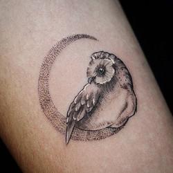 Фото татуировки, сова на месыце на руке