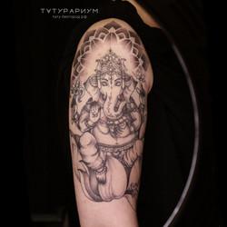 Фото татуировки гонеша на руке у девушки