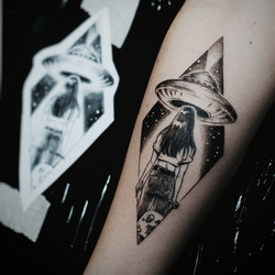 Фото татуировки, летаюшая тарелка и иноп