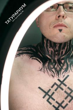 фото татуировки, абстракция на шее у парня, в стиле дарк графика, тату-салон татурариум, т