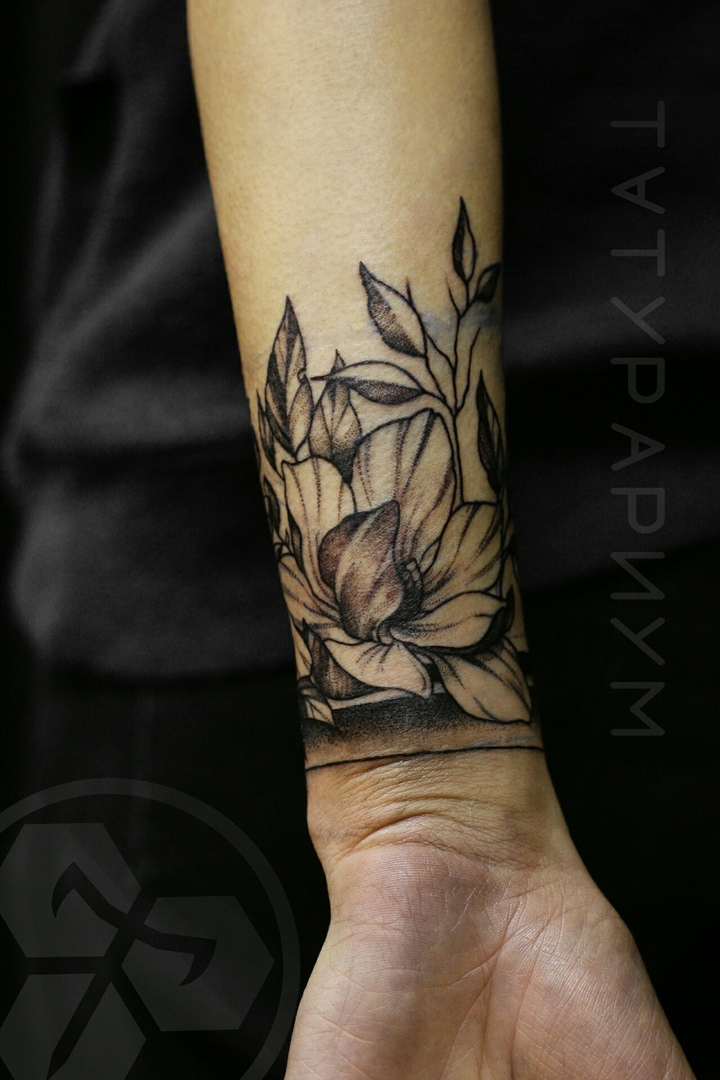 Фото татуировки, браслет из цветов на же