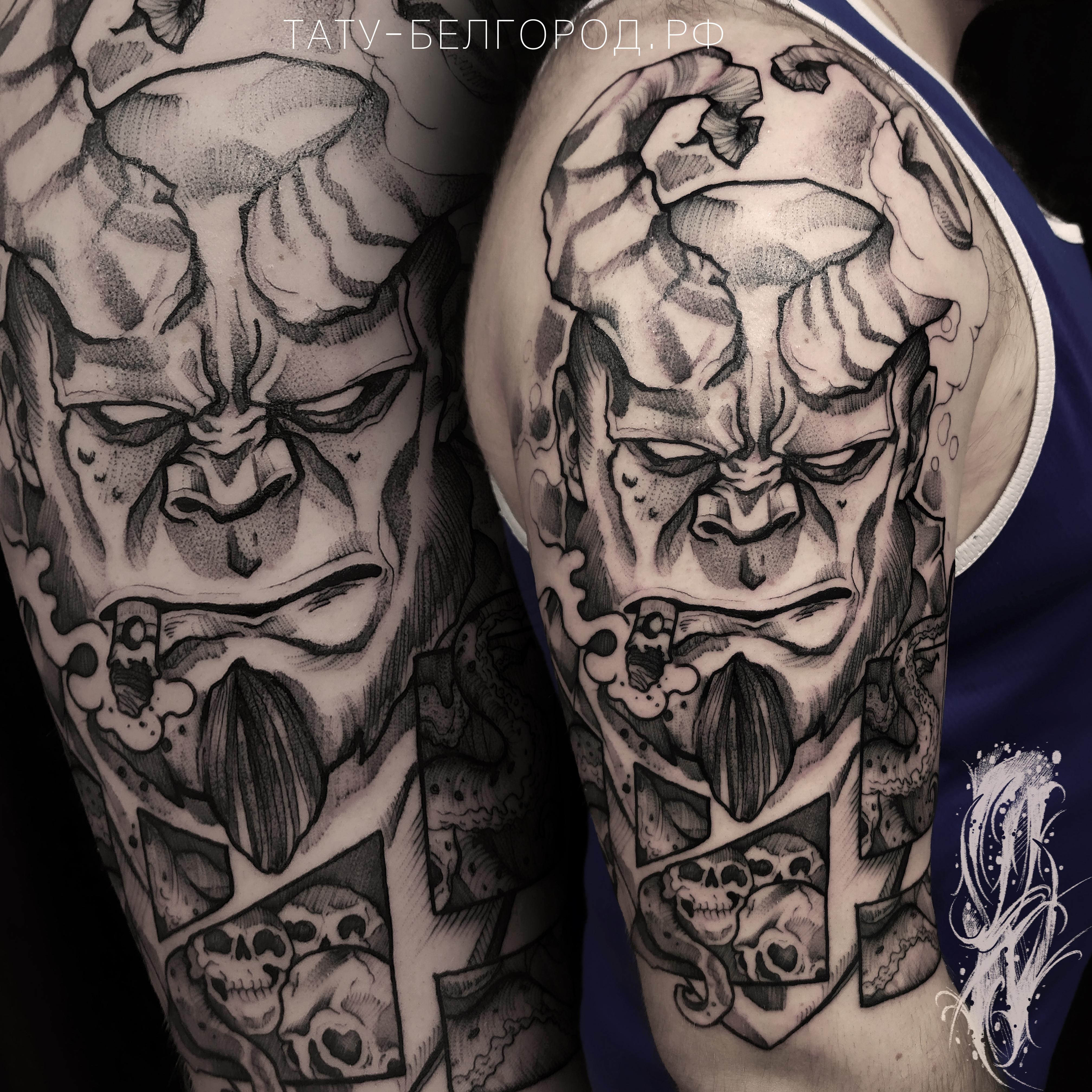 Фото татуировки, хелбой на плече у мужчи