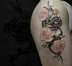 Фото татуировки, змея с розами на бедре