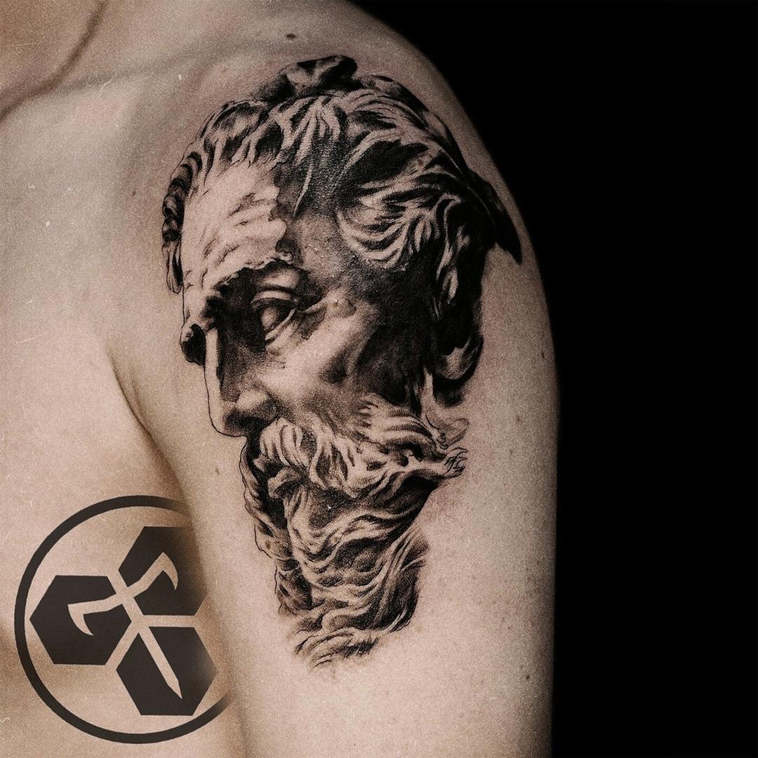 Фото татуировки, голова плотона на плече