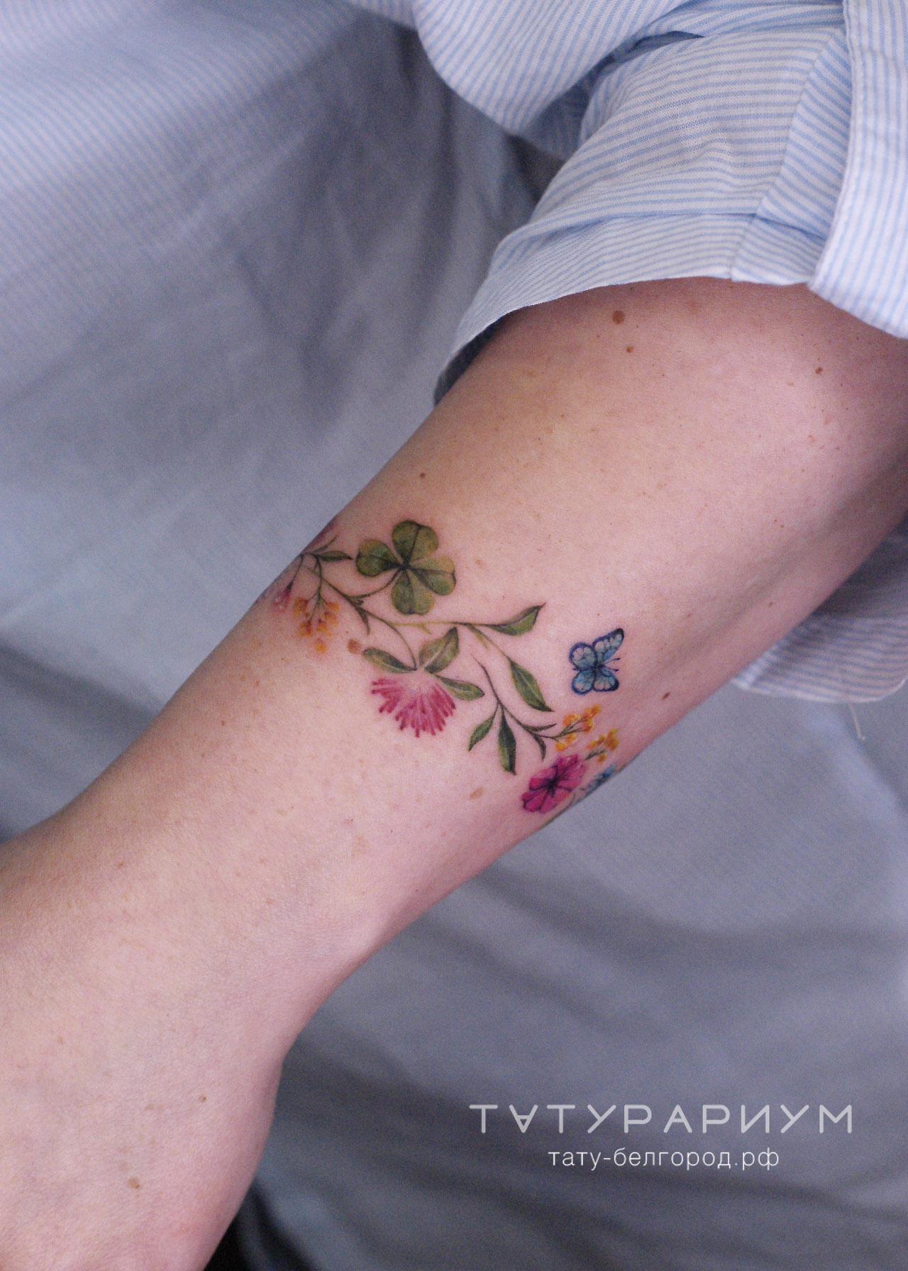 фото тату на ключице, цветочный браслет.