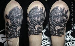 Фото татуировки, рыцарь с сердцем в руке