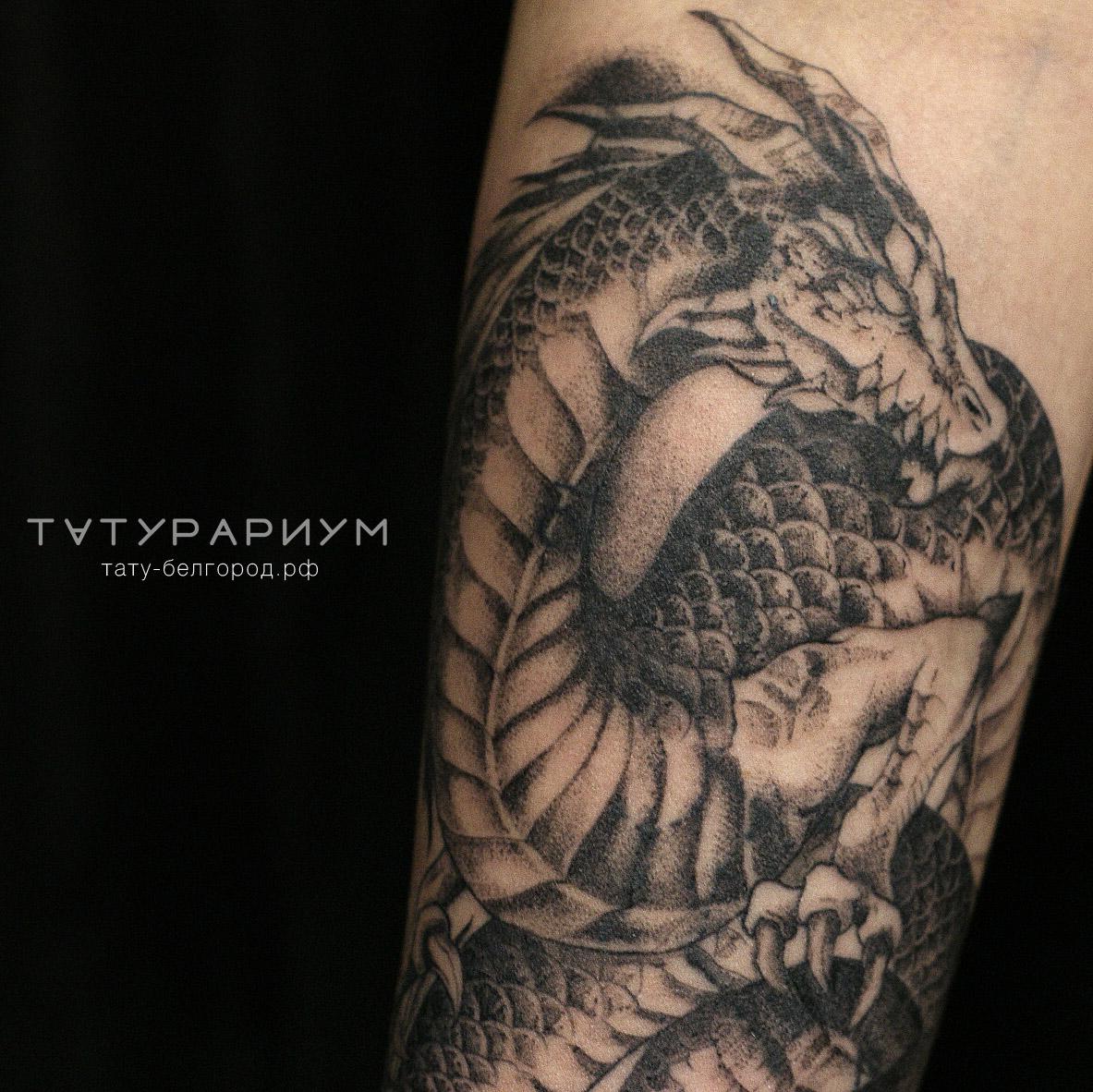 Фото татуировки, дракон у девушке на пре