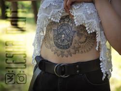 Фото татуировки, хамса под хенской грудь