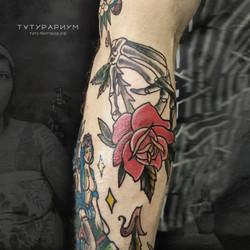татуировка розы и скелета руки, в стиле