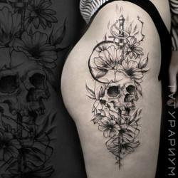 Фото татуировки, череп с цветами на бедр