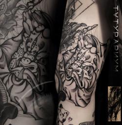 Фото татуировки, япоская маска на бицепс