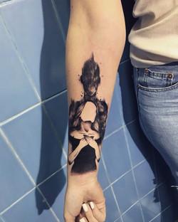 Фото татуировки, силуэт девушки с тенью,