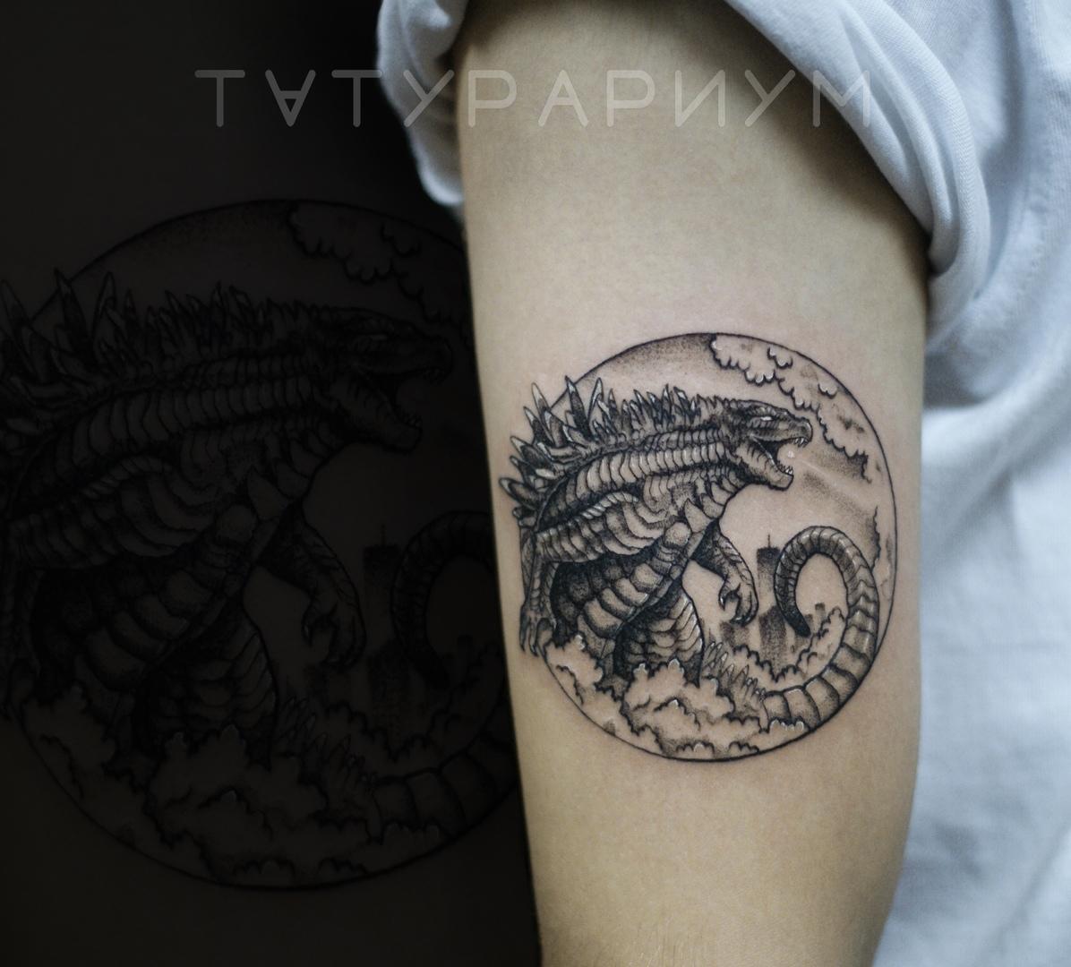 Фото татуировки, годзила на плече у деву