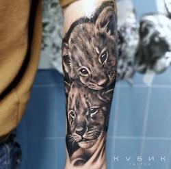 татуировка львят, в стиле реализм, на пр