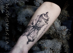 Фото татуировки, руны со свитком на пред
